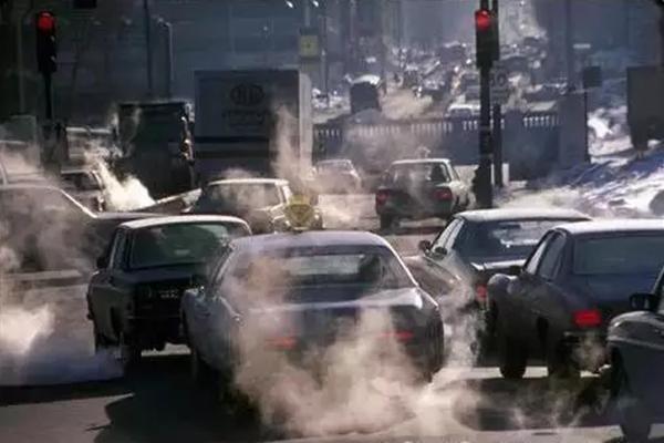 车辆冬季排气管冒水正常吗