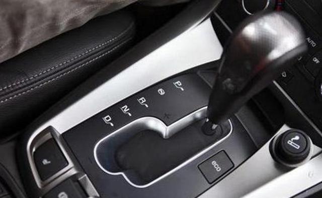自动挡汽车起步怎么做,要注意档位配合,不是给油就走哦