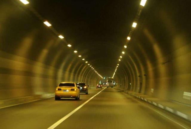 交警支招:高速隧道中前车实在太慢,又不允许超车,怎么办?